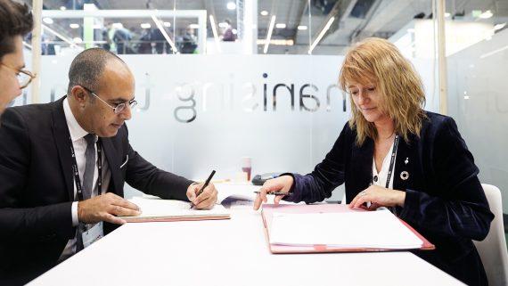 Laia Bonet signant l'acord de col·laboració amb el Banc Mundial.