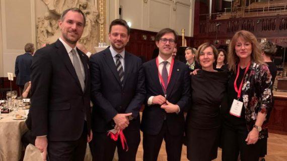 Laia Bonet durant la conferència anual d'Eurocities amb els alcaldes de Praga, Florència i Varsòvia i la secretària general de la xarxa, Anna Lisa Boni.