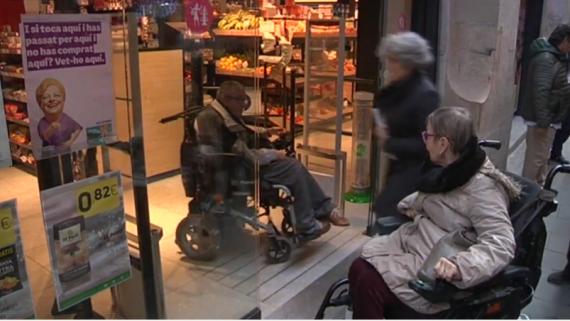 Persones amb discapacitat recorren els carrers de Ciutat Vella per recollir dades sobre l'accessibilitat de carrers, comerços i equipaments.