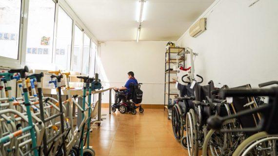 Una persona amb cadira de rodes a la seu del Banc del Moviment