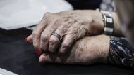 mans, persones grans, avis, solitud