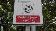 "Cartell ""Prohibit jugar a pilota"", ja retirat a Barcelona"