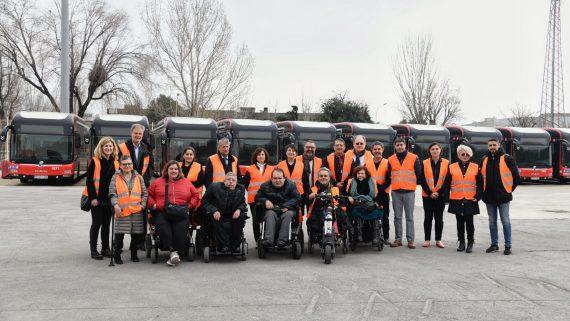 TMB incorpora millores d'accessibilitat en un centenar de nous autobusos