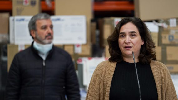 Ada Colau i Jaume Collboni reben el material adquirit a la Xina.