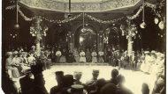 Acte al Gran Café Salón Condal. Vermut d'Honor als excursionistes italians de Torí per la casa Cinzano. 21/06/1908. Editorial López / Arxiu Fotogràfic de Barcelona.