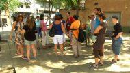 Persones conversant en una plaça