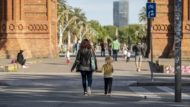 Desconfinament, Barcelona, dona, nena, família, Arc de Triomf, Passeig de Lluís Companys, passeig