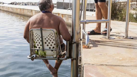 Una persona fent ús del servei de Suport al bany a les platges de Barcelona