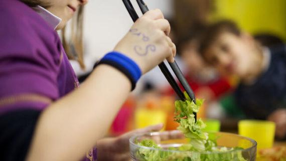 nena-serveix-damanida-menjador-escola_1907819366_48771750_651x366
