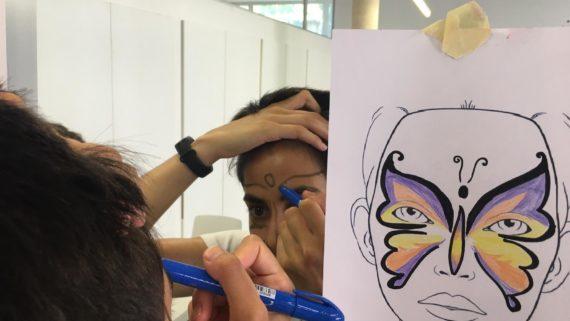 Una persones pintant-se la cara en una de es activitats del programa 'Estiu per a tu'