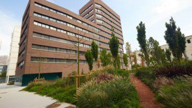 Es lliuren les claus dels pisos d'una nova promoció de 68 habitatges al barri de la Llacuna del Poblenou.