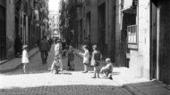 Nens jugant al carrer, 1932. Margaret Michaelis /Arxiu Fotògrafic de Barcelona © The Estate of the Late Margaret Michaelis.