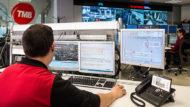 Una persona trabajando con ordenadores en el Centro de Coordinación del Metro de Barcelona
