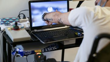 Wafid Boucherit a casa seva, fent servir el seu ordinador adaptat