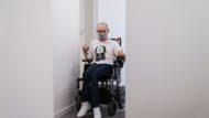 Wafid Boucherit desplaçant-se pel passadís de casa seva amb la seva cadira de rodes