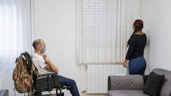 Wafid Boucherit i la seva assistent personal, a casa seva, fent servir les persianes domotitzades