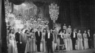 Salutació de la companyia Melodías del Danubio al Teatro Español. Al centre de la imatge, Raquel Meller (1945). Foto: Josep Postius. Arxiu Fotogràfic de Barcelona
