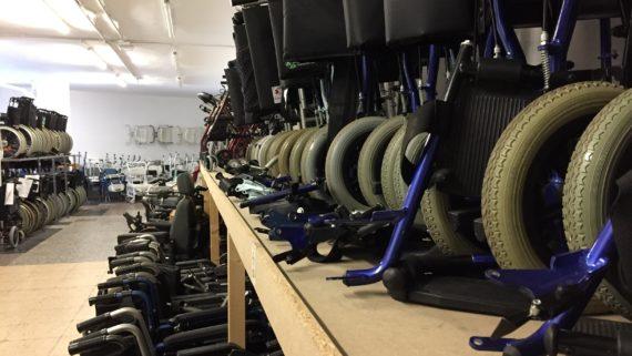 Cadires de rodes emmagatzemades al punt d'atenció del Banc del Moviment del Banc Solidari de Material Ortopèdic