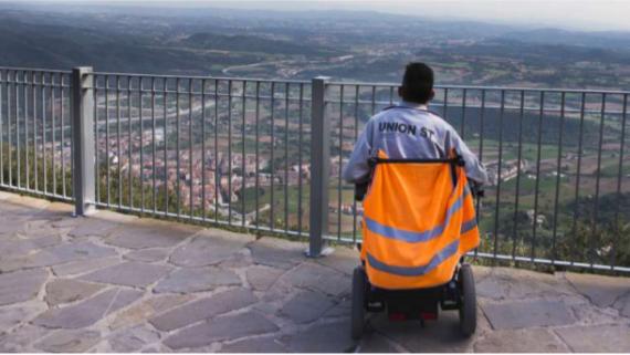 Una persona en cadira de rodes davant un paisatge