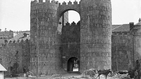 Entrada principal al recinto del Poble Espanyol, 1928. AFB. Pérez de Rozas (atrib)