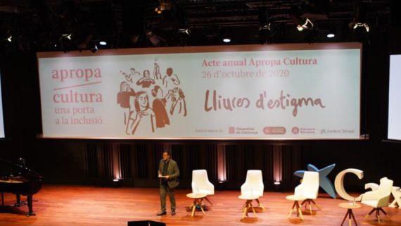 Una persona presenta la temporada dApropa Cultura sota el lema