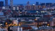 Imagen panorámica de una parte de la ciudad de Barcelona de noche