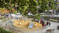 Parque infantil en Barcelona, con niños y familias jugando.