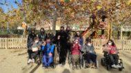Un grup de dones i homes participants en el projecte Betamaphaton a un parc deBarcelona.