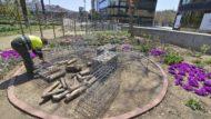 Un treballador arreglant un parc i jardí de la ciutat de Barcelona.