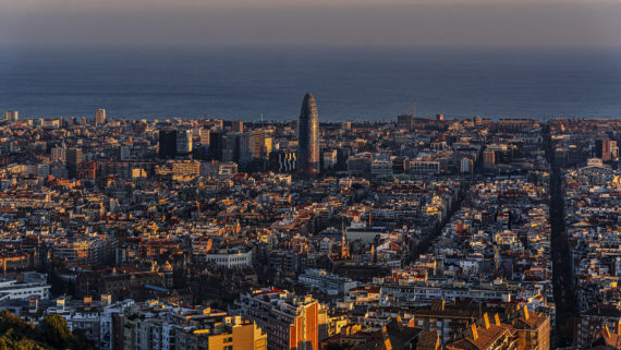 Vistes panoràmiques de Barcelona al capvespre des dels bunkers del Carmel