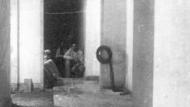 Feines a l'interior d'un refugi a Barcelona. Fons Ramón Perera. Arxiu Abadia de Montserrat
