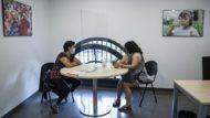 """Una treballadora del centre conversa amb una usuària del """"Barcelona Cuida"""""""