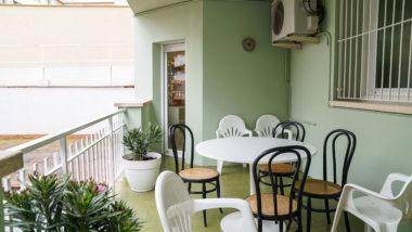 CRI La Violeta, sensellarisme, equipament per a dones sensellar, taula, balcó