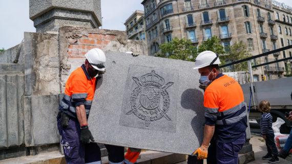 Retirada de l'escut de Joan Carles I de l'obelisc de la plaça del Cinc d'Oros