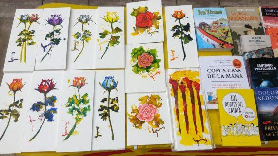 Imatges de roses pintades, roses de roba i llibres.