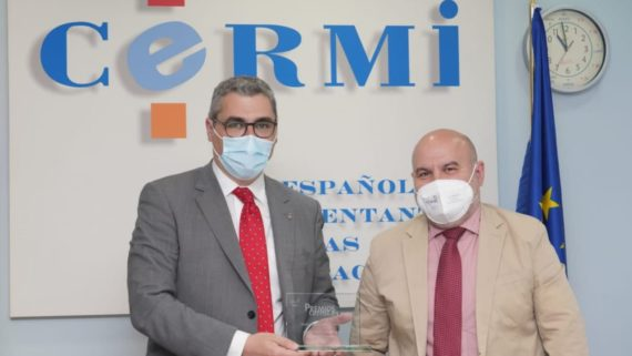 Joan Ramon Riera, president de l'IMPD, recollint el premi del CERMI.