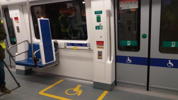 Espais accessibles als trens de les línies 1 i 3 del metro de Barcelona per a persones amb mobilitat reduïda i cadira de rodes.