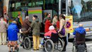 Persones grans amb discapacitat esperant un autocar..
