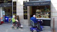 Dues persones grans amb cadira de rodes.