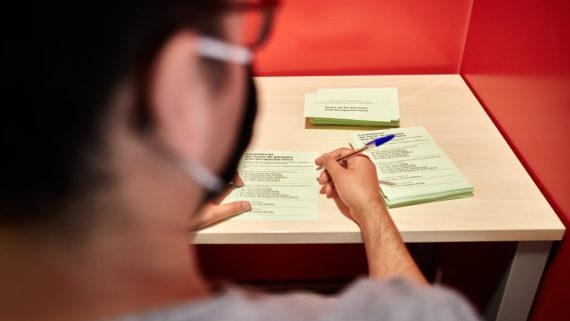 Un chico está a punto de marcar en la papeleta la candidatura que elige como representante