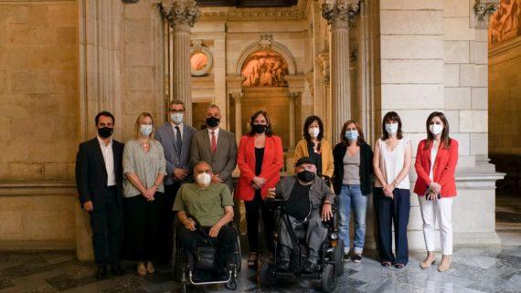 Membres de l'entitat ECOM rebent la Medalla d'Or al Mèrit Cívic que li otorga l'Ajuntament de Barcelona, amb l'alcaldessa Ada Colau.