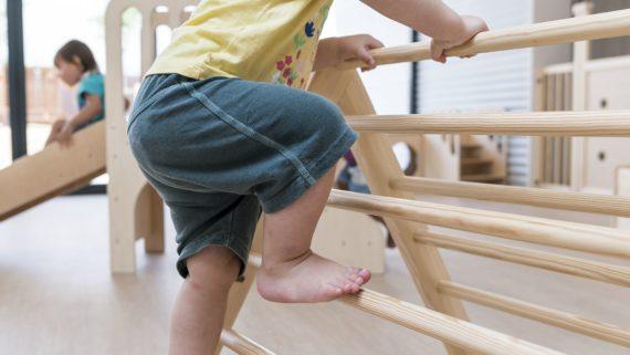 nen-jugant-amb-mobiliari-de-joc-infan