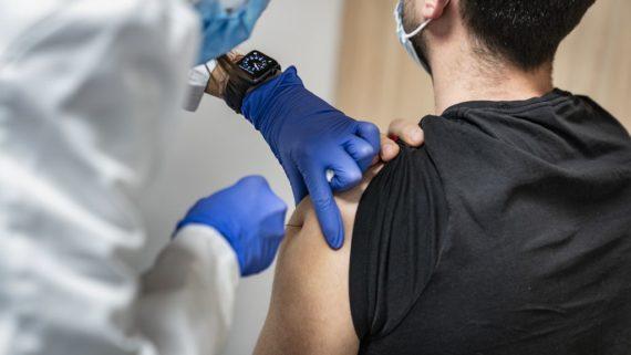 una-infermera-injecta-la-vacuna-contr