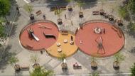 Detall zenital d'una àrea de jocs infantils de la Superilla del Poblenou