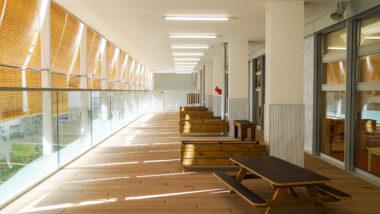 Escola Bressol Els Gats, taules de picnic, balcó