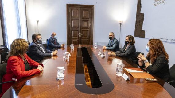 Ada Colau, Collboni i Laura Pérez Castaño participen en la Trobada amb el ministre d'Inclusió, Seguretat Social i Migracions.