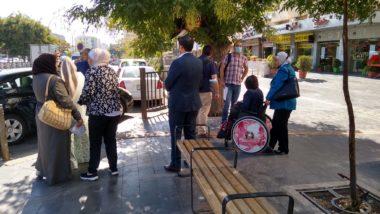 Grup de persones, algunes amb cadira de rodes, provant un carrer accessible.